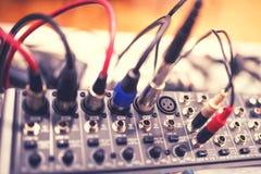 Le câble audio de cric s'est relié à l'extrémité arrière du récepteur, de l'amplificateur ou du mélangeur de musique au concert,  image stock