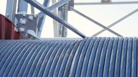 Le câble déroule de la bobine à la station électrique clips vidéos