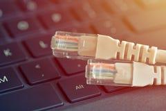 Le câble d'Internet se trouve sur le clavier Technologies de concept et connexion internet Image stock