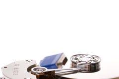 Le câble de connecteur d'ordinateur s'est reflété dans une unité de disque dur Image stock