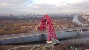 Le câble est resté le trafic pittoresque de pont et de voiture en développant la ville de Moscou banque de vidéos