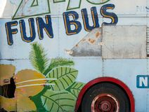 Le côté d'un vieil autobus rouillé a peint photo stock