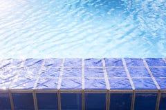 Le côté de piscine avec la lumière de l'eau se reflètent photos libres de droits