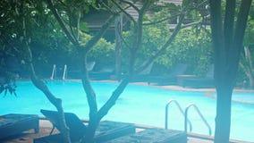 Le côté de piscine de jour pluvieux aucun baigneurs du soleil vident juste des chaises Mouvement lent 3840x2160 banque de vidéos