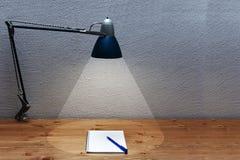 Le cône de la lumière d'une lampe de table Photos libres de droits