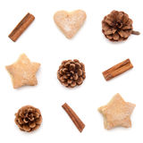Le cône de pin, cannelle, collection de Noël de biscuits a placé sur b blanc images stock