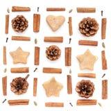 Le cône de pin, cannelle, collection de Noël de biscuits a placé sur le blanc Image libre de droits