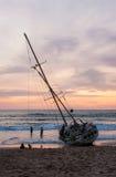 Le côté du bateau, paysage marin pendant le lever de soleil Image libre de droits
