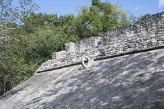 Le côté en pente d'une cour de boule avec l'anneau en pierre en haut pour le but Images stock