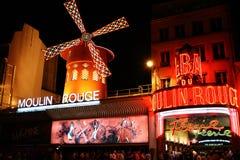 Le cabaret célèbre de fard à joues de Moulin Photographie stock
