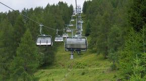 Le cabine di funivia che vanno su nell'austriaco alpen fotografia stock