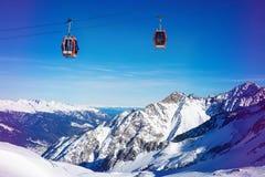 le cabine di funivia della stazione sciistica sopra la bella montagna abbelliscono in Italia Fotografia Stock