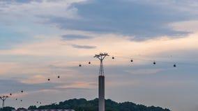Le cabine di funivia Singapore si sono collegate all'isola di Sentosa con un bello tramonto video d archivio