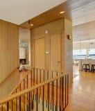 Le cabinet sépare l'escalier du salon Photos libres de droits