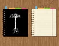 Le cache et la page de cahier conçoivent, fond en bois Image libre de droits