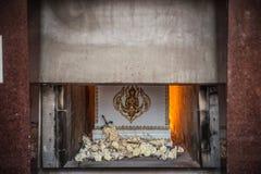 Le cadavre dans le cercueil brûle dans l'incinérer image libre de droits