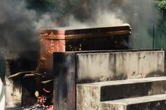 Le cadavre dans le cercueil brûle dans l'incinérer, ri religieux Image stock