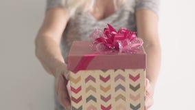 Le cadeau actuel de dame âgée et déplacent lentement la boîte au côté de caméra, tenant la boîte Grand-mère retirée heureuse sur  clips vidéos