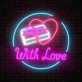 Le cadeau au néon rougeoyant avec amour et le coeur forment dans le cadre de cercle sur un fond foncé de mur de briques Jour de v Images libres de droits