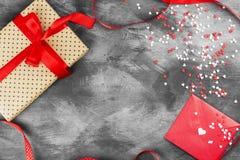 Le cadeau avec un de service, lettre d'amour accroche sur la corde et les coeurs sur a Photos stock