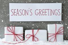 Le cadeau blanc avec des flocons de neige, texte assaisonne des salutations Photos libres de droits