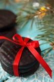 Le cadeau de chocolat a attaché un ruban rouge Photo libre de droits