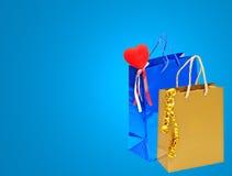 Le cadeau de jour de valentines met en sac avec le coeur rouge sur le backgrou bleu Image libre de droits
