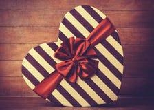 Le cadeau de jour de valentines sur le fond en bois. Images libres de droits