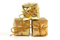 Le cadeau de l'or trois a frappé des colis Photographie stock libre de droits