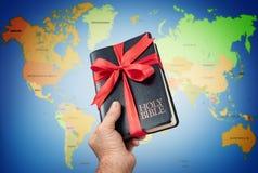 Le cadeau de la Sainte Bible à l'humanité photos stock