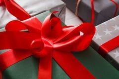 Le cadeau de Noël enferme dans une boîte le plan rapproché sur le fond en bois blanc Images stock