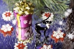 Le cadeau de Noël, le singe et le flocon de neige blanc rouge parent la branche Photographie stock libre de droits