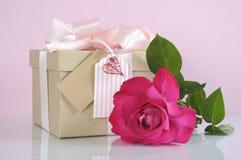 Le cadeau du jour de mère avec s'est levé Images libres de droits