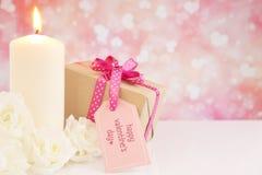 Le cadeau et les roses de Valentine avec un fond éclatant Photo libre de droits