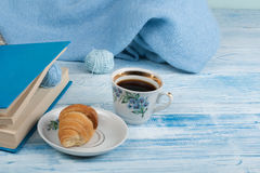 Le cadeau fait main de tricotage, mère, père, Saint Valentin, l'hiver, tas de la boule colorée de laine, écharpe pour le jour fro Photos libres de droits