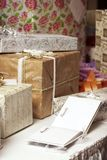 Le cadeau présente à un mariage ou à une fête d'anniversaire Image libre de droits