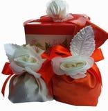 Le cadeau rouge et blanc met en sac avec une fleur d'isolement sur un fond blanc photo stock