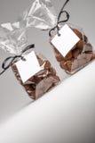 Le cadeau vide étiquette avec le ruban noir sur des sacs de truffes de chocolat Photographie stock
