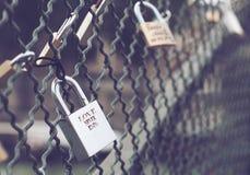 Le cadenas avec amour ne finit jamais le texte Photo libre de droits