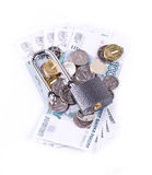 Le cadenas sur les pièces de monnaie et les billets de banque Photographie stock libre de droits