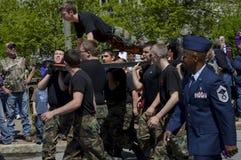 Le cadet militaire fait des pompes tout en marchant dans le défilé Photo libre de droits