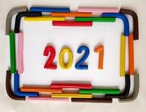 le cadre avec des barres de pâte à modeler et numéro 2021 dans diverses couleurs Photos stock