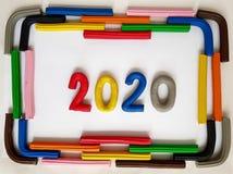 le cadre avec des barres de pâte à modeler et numéro 2020 dans diverses couleurs Images stock