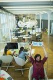 Le cadre commercial masculin tenant le journal intime avec le texte commencent  Image stock