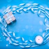 Le cadre décoratif du ruban de satin est bleu photographie stock