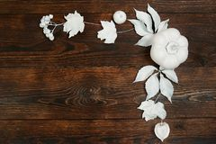 Le cadre d'automne de décor avec des feuilles de blanc et le potiron sur l'appartement en bois de backgound de brun foncé étenden photo stock