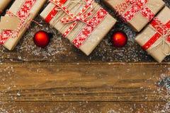 le cadre de fond enferme dans une boîte les bandes d'isolement d'or de cadeau de Noël blanches Cadeaux de Noël images stock