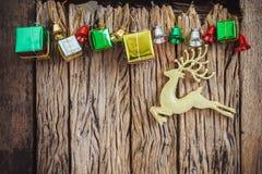 le cadre de fond enferme dans une boîte les bandes d'isolement d'or de cadeau de Noël blanches Photo stock