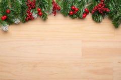 le cadre de fond enferme dans une boîte les bandes d'isolement d'or de cadeau de Noël blanches Image stock