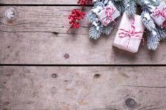 le cadre de fond enferme dans une boîte les bandes d'isolement d'or de cadeau de Noël blanches Photos libres de droits